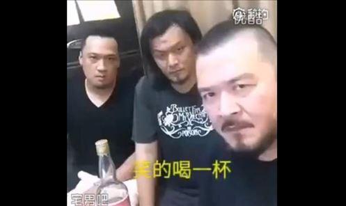 """3个男人玩""""谁先笑谁喝酒""""的游戏,一打开视频我就笑喷了!"""