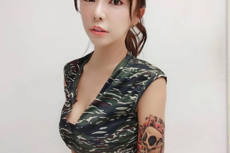 啦啦队女神(巫苡萱)穿低胸迷彩化身火辣女兵 网友:快绑架我